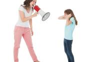Moeder die boos met een megafoon tegen kind schreeuwt Hoe ga je om met grensoverschrijdend gedrag grenzen stellen regels handhaven afspraken nakomen betekenisvol opvoeden Happy Kids Happy Parents Conrad