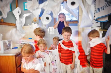 Kinderen die een rommel maken in de badkamer met rollen wc papier waar de moeder boos is. Hoe maak je betekenisvolle afspraken regels en grenzen waar je kinderen graag naar leven Happy Kids Happy Parents