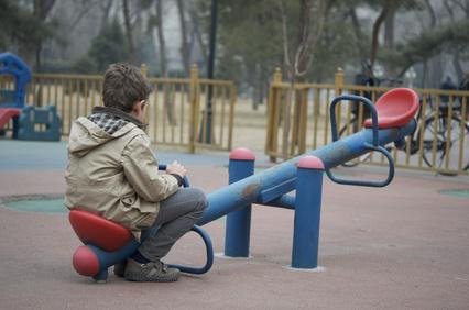 Eenzaam kind wat geen vrienden heeft en alleen op de wip zit. If you really knew me you would know that I have no friends to play with challenge day