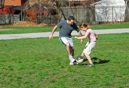 winnen over verliezen tijdens het spelen van een spel een vader die voetbalt met zijn dochter